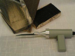 Устройство для резки хрупких и волокнистых материалов